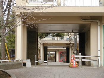 建物を突き抜ける遊歩道1.JPG